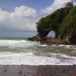 Keindahan Alam Wisata Pantai Ayah di Kebumen Jawa Tengah